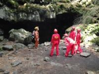 メインイベント!《溶岩洞窟》に到着!ヘルメット・ヘッドライトを装着、いよいよ洞窟探検の始まりです!