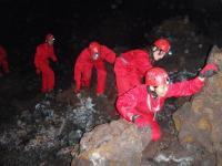 溶岩で出来たゴツゴツした岩を、しっかり両足と両手で三点支持しながら進みます。