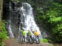 コース内の自然は四季折々の表情を見せてくれます。滝を眺める絶景ポイントもあり