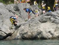ボートや大岩の上から飛び込んだり!
