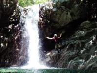 怒涛の水しぶきを上げて落ちるF2。天然プールに飛び込んだり、滝の裏側から眺めてみたり・・・。