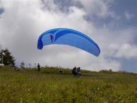 インストラクターと一緒に飛ぶ、高度差620mからのタンデムフライトが人気!
