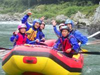 【小学生参加OK!】の《川遊び満喫!ファミリーラフティング》も大人気!