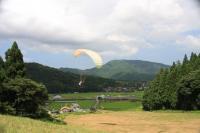 初心者でも、高さ20〜30mからの単独飛行が楽しめる【1日単独体験飛行】コースが1番人気です。