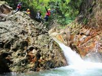 アビスの滝では8mのジャンプも!