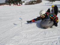スノーフラッグ、フラフープ、スラローム・・・。ただ滑るだけじゃない!遊びながら上達するのがトリッパー流!!