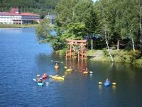 白樺湖のパワースポットである水中に鳥居のある神社。ここでは、誰もが真剣にお祈り!願いが叶いますように・・・