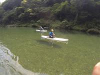 SUPならではの高い視点から眺める自然。湖の中もよく見えます。