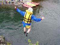 天然岩からの飛び込み!2・3m〜7m超えまで、様々な高さの飛び込みポイントあり。