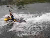 《フライングフォックス(※午後コースのみ》7mほどの高さからロープを張り、水面に向かってロープスライダー!