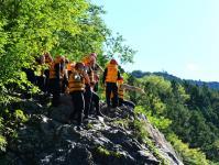 大きな岩の上から川へジャンプ!大、中、小の高さがあるので好きな高さからチャレンジしよう!(参加自由です。)