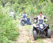 アップダウン・傾斜地・デコボコ道をバギーで走行。ツアー前に、バギー基本操作練習を行うか未経験者もOK!