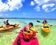 プライベート感あふれる白砂のビーチをベースに楽しむシーカヤック体験!3歳~参加OK!