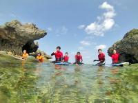 青い空、透き通った海、白い砂浜……。こんな開放的な場所でサーフィンができるのは沖縄だけ!