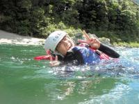 時に川にぷかぷか浮かんで流れるのも楽しい体験。