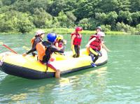 川の中の生き物を水中メガネで観察したり、ボートの上でバランスゲームを楽しんだり……。年齢や体力は問いません。