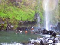 左右の岩壁のいたるところから落ちてくる滝!阿蘇のでっかい自然を間近で体感!