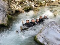 洞窟から出た後は、目の前の清流で水浴びしながら川遊び!