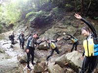 上流にある滝を目指して、川の中をじゃぶじゃぶ遊びながらトレッキング!