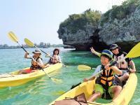 小さな島々や不思議な形の岩が点在する風景を楽しみながら、目指すは無人島へ!