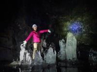 観光洞窟ではない自然そのままの溶岩洞窟を、ヘッドライトの明かりだけを頼りに洞窟探検!