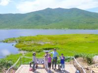 美しい沼と貴重な植物が彩る湿地帯を歩く「羅臼湖トレッキング」。