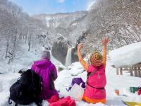 迫力満点の滝を目指す苗名滝コース