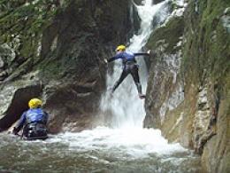 八ツ淵の滝 シャワークライミングツアー