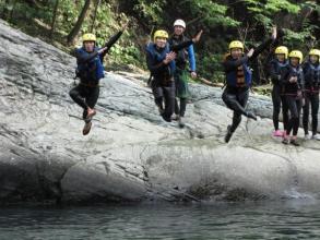 夏はラフティングだけでなく、ボートを使ってのスライダー、飛び込みなども楽しむことができます。