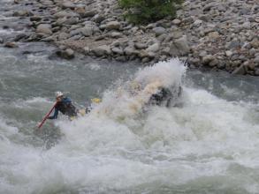 春の雪解けの利根川は、世界レベルの激流ラフティングが楽しめます。