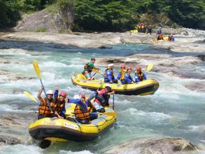 水量の落ち着く夏~秋は、美しい渓谷を堪能しながら爽快なラフティングを!