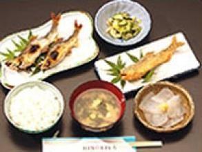 昼食は、落石観光ヤナ「ひのきや」特製の鮎定食!那珂川の味覚が満載です。