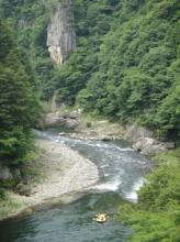 切り立った数十メートルの巨岩や奇岩が織りなす日本有数の渓谷美をラフティングボートで下ります。