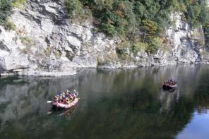 天然記念物《岩畳》を眺めながら、のんびりと下る。ボート上からの景色も必見です。