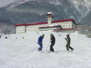 赤倉観光ホテルゲレンデ。豪雪地帯のためアイスバーンになりにくくテレマークの練習に適しています。