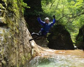 エメラルドグリーンの滝つぼへジャンプ!!