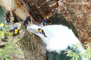 全身に受ける水しぶきは、天然マイナスイオンの大シャワー!何度も遊べる滝も豊富で遊び足りない人も大満足!