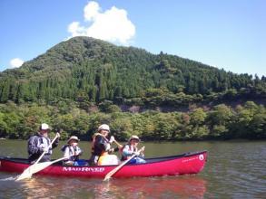 会場の湖はぐるりと山々に囲まれているので、森林浴しながら水上散歩が楽しめちゃいます♪