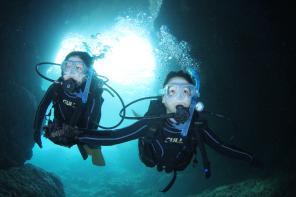 美しい青の洞窟の景観を水中から満喫♪初めての方でも安心して楽しめます♪