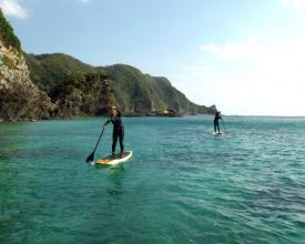 エメラルドグリーンに輝く海、切り立った崖、昔と変わらない沖縄の原風景が広がる『嘉陽』