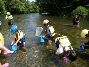 3歳から楽しめる「川下り&川遊びツアー」!!ツアー中の浅瀬で水遊びも楽しめる!