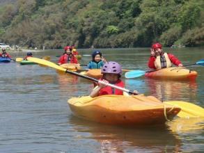 川くだり前に流れのない所で基本操作を練習するから、カヤック未経験者も安心!小学1年生から楽しめます