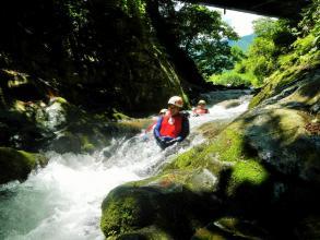気持ちのよい木洩れ陽を浴びて渓谷を楽しもう!