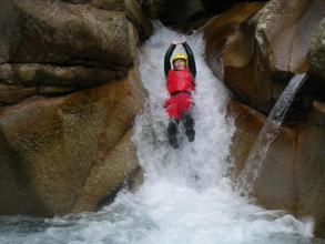 個性的な天然スライダーが半日コースで5つ、ファミリコースで4つあり。エキサイティングな水遊びが盛りだくさん!