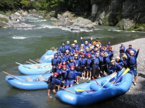 多摩川は都心から最も近いホワイトウォーターゲレンデ。日帰りでも楽しめるので、団体さんにも大人気。