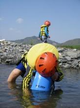 中洲で休憩、水生物探しに夢中!!