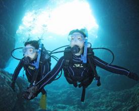 《ビーチエントリーで安心》 青の洞窟専門ガイドと行く!体験ダイビング◆水中カメラレンタル付!