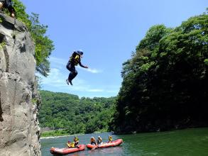 夏は、岩からの飛び込みやボートスライダーなど川遊びも満喫!