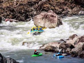 北海道のワイルドな大自然を豪快に!雪解けシーズンの鵡川・沙流川は、日本でも屈指の激流ラフティングが楽しめます!