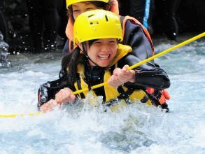 ロープを伝って川を渡るチャレンジ!